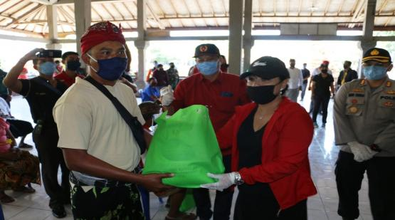 Social Activities Distribution of Masks and Groceries to Traders in Tanah Lot