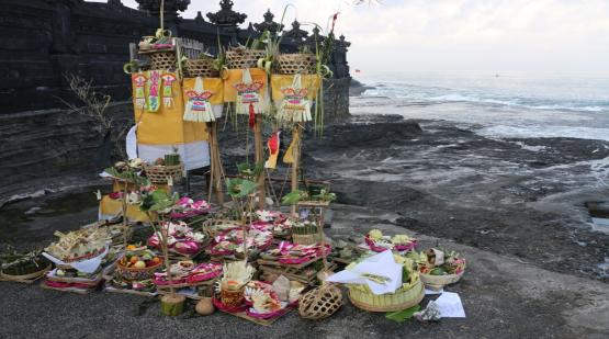 Procession-of-Renewal-and-Purification-at-Tanah-Lot-Area.html