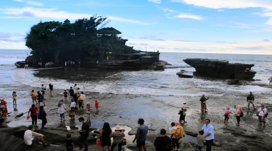 Local Tourists Fulfill Tanah Lot on Eid Mubarak Holiday