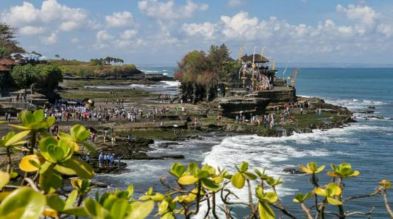 Tanah-Lot-temple-ceremony-fulfilled-with-hindu-prayer.html
