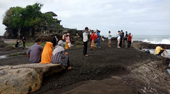 Over One Thousand Visitor Have Been Visited Tanah Lot on the Weekend
