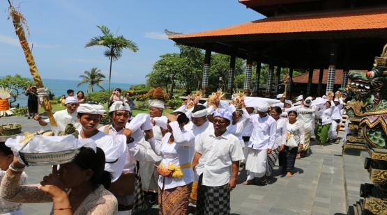 Religious-Ceremony-at-Tanah-Lot.html