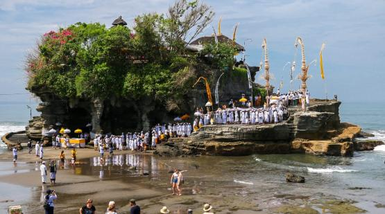 Tanah-Lot-temple-ceremony.html