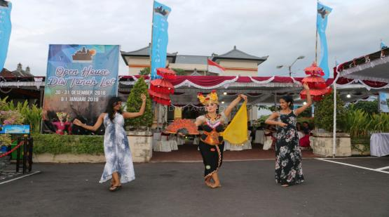 Joged-Bumbung-Dance-Attracts-Tourists-at-Tanah-Lot.html