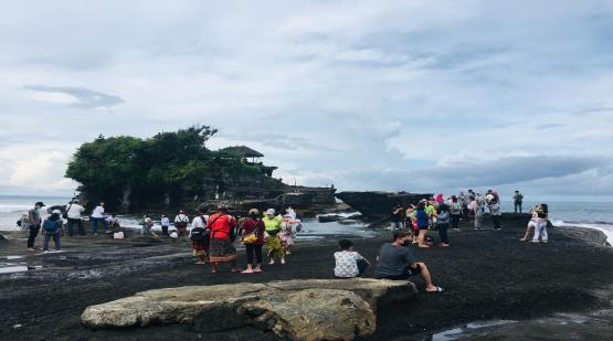 Easter Holiday, Tanah Lot Fulfilled with Visitors
